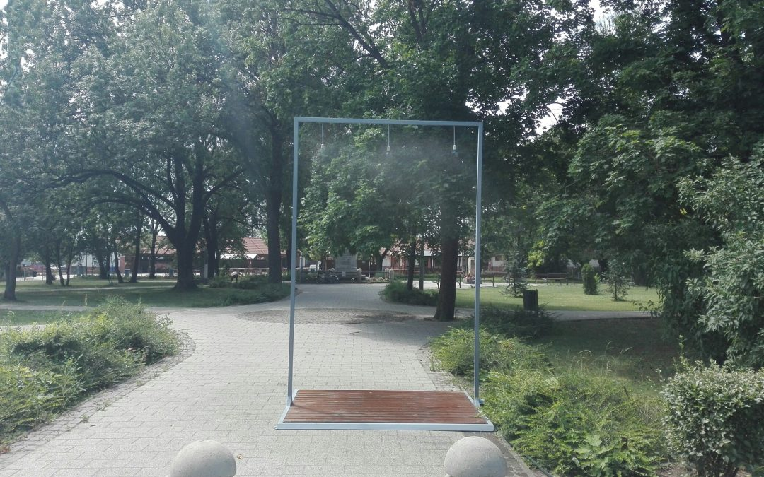 Hűsítőpont a közterületen: párakapu a Kossuth téri parkban